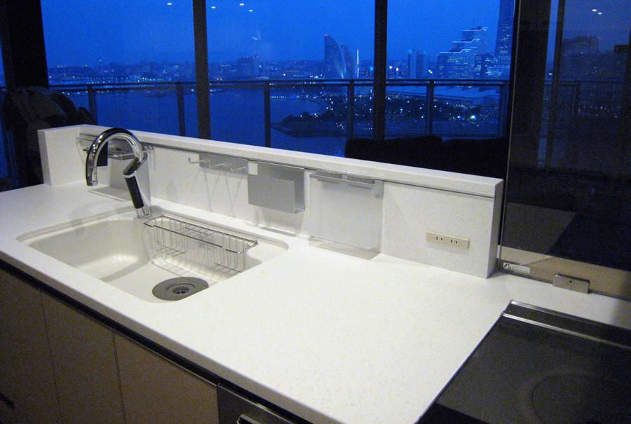 アイランド・ペニンシュラ対応多機能スクリーン 横浜コットンハーバー高層マンションからみなとみらいの夜景が綺麗に
